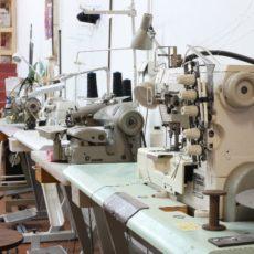 Atelier textile équipé pour les pros à Marseille : machines à coudre industrielles de qualité, atelier de confection, patronage à plat, coupe, assemblage, repassage et finitions